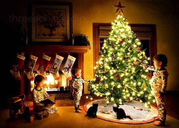 ninos-abriendo-regalos-alrededor-del-arbol