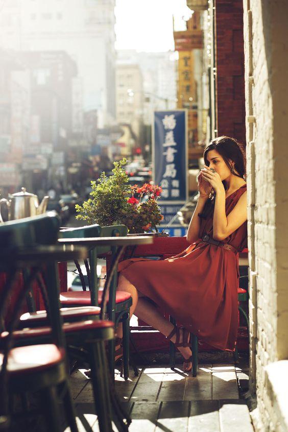 chica tomando cafe