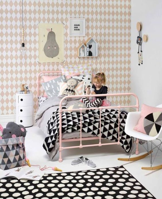 tipos de camas para niños. Cama de metal rosa