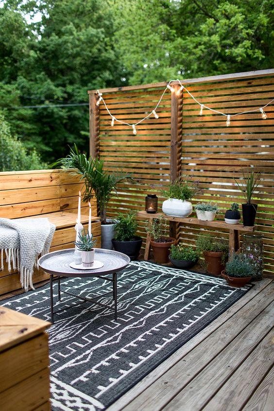 decoración para terrazas de verano con mesitas auxiliares