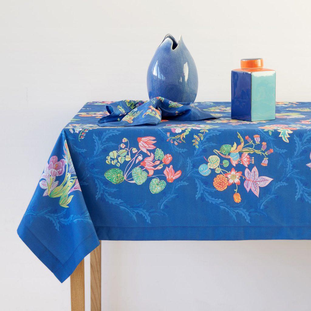 decoración de mesas de verano utilizando manteles con colores vivos