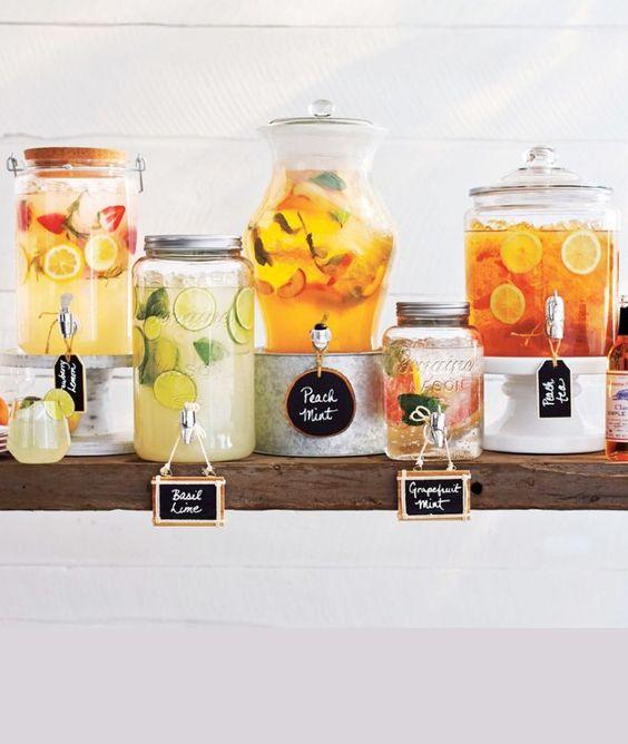 decoración de mesas de verano con expendedores de zumos y refrescos