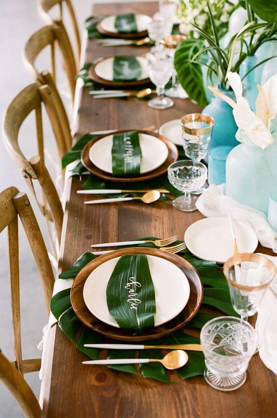 decoración de mesas de verano tropicales con hojas