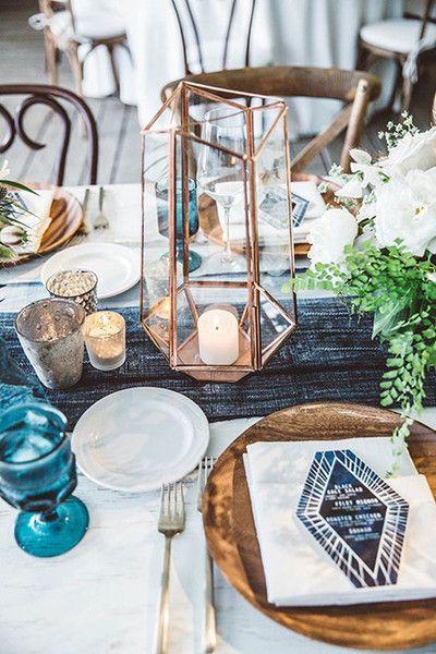 mesa bonita en navidad con vajilla de madera