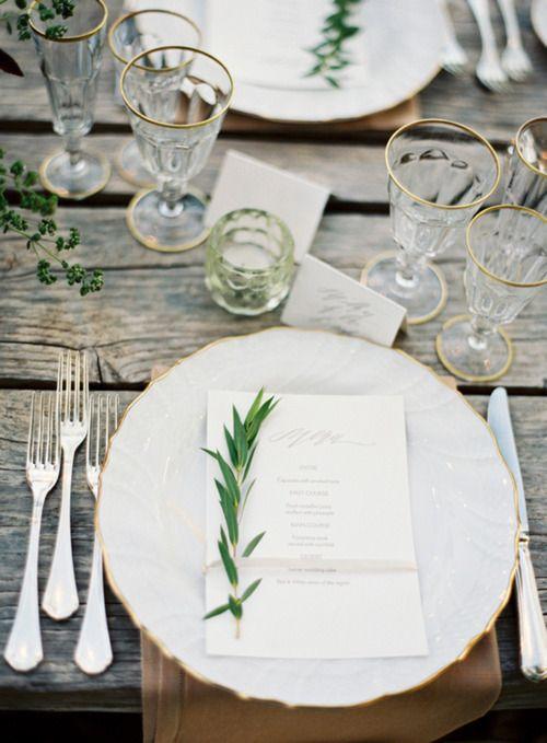mesa bonita en navidad con cristalería clásica