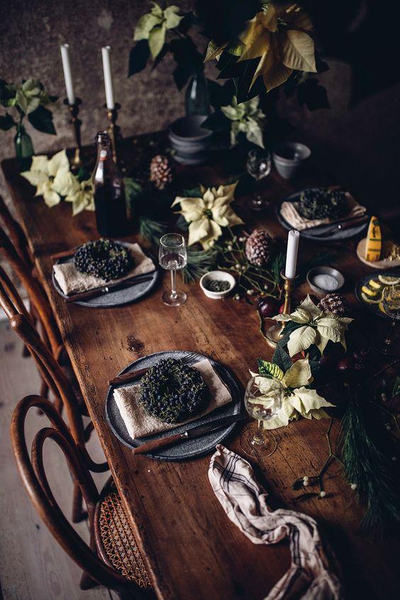 mesa bonita en navidad con elementos naturales