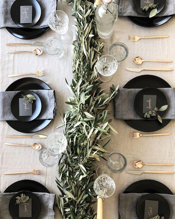 mesa bonita en navidad con cubiertos dorados
