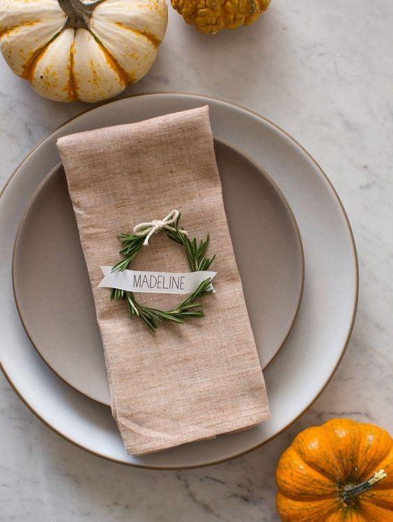 mesa bonita en navidad con seviilleteros