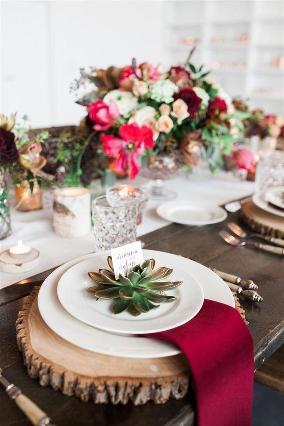 mesa bonita en navidad con bajoplatos