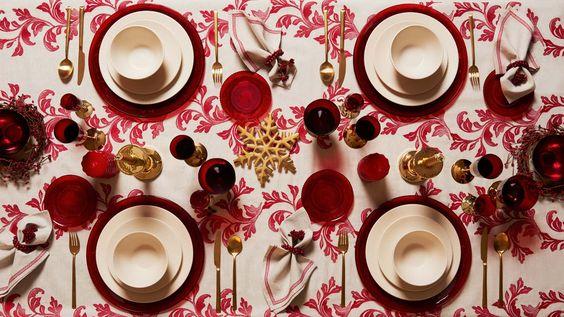 mesa bonita en navidad jugando con la mantelería