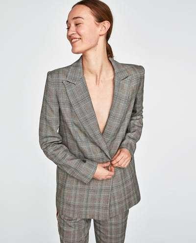 vestir como una it girl con blazer cruzada