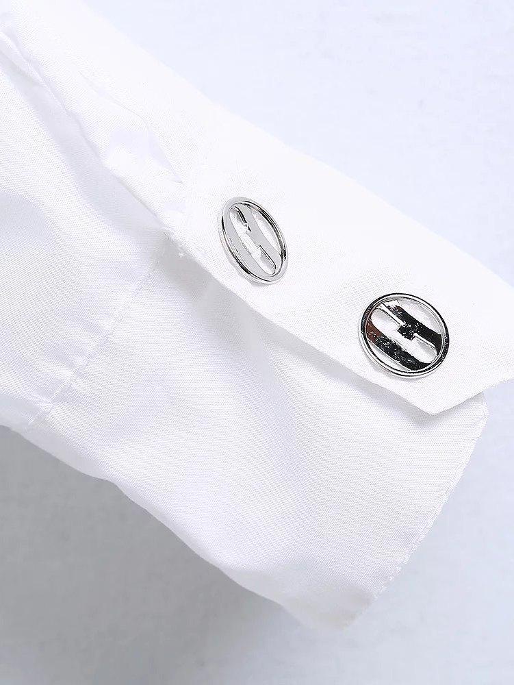 botones plateados camisa blanca con volantes