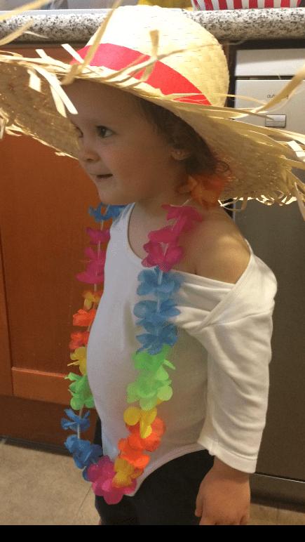 mi niña con el disfraz de la fiesta hawaiana