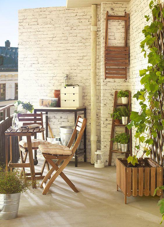 ideas para decorar balcones pequeños con mesitas semicirculares