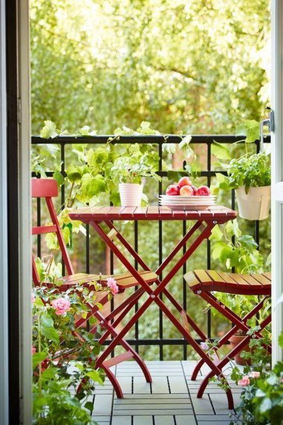 ideas para decorar balcones pequeños con muebles apilables