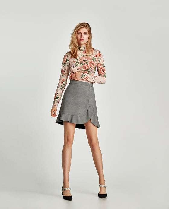 vestir como una it girl con minifalda