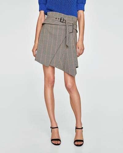 vestir como una it girl con falda asimétrica