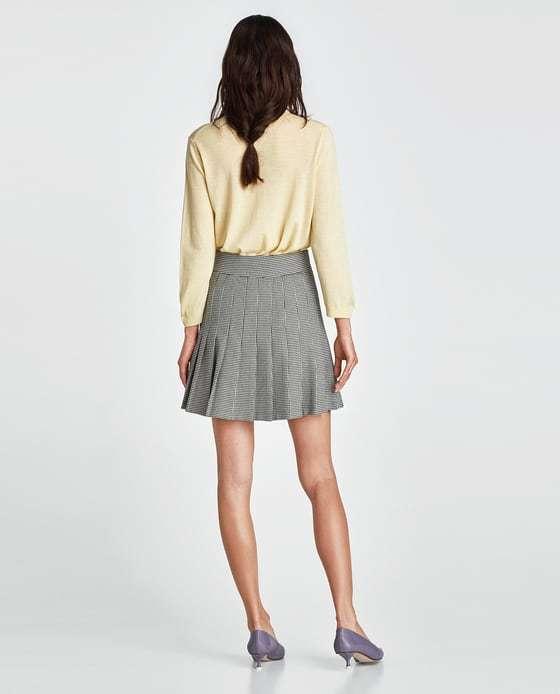 vestir como una it girl con falda mini que combina estampados