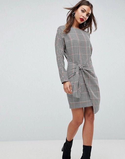 vestir como una it girl con vestido ceñido a la cintura
