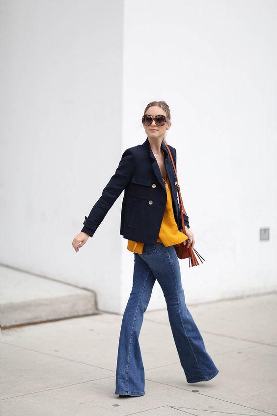 blazer navy con tonos vibrantes