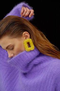 como combinar un jersey lila con amarillo